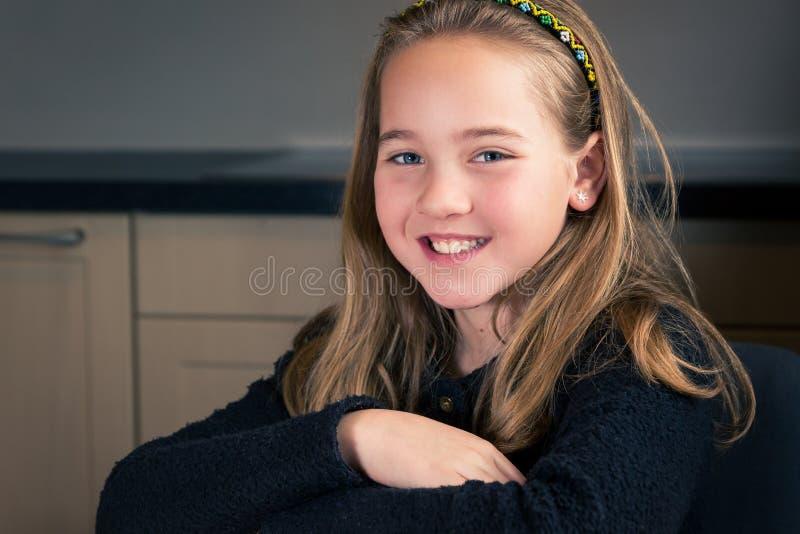 Portret van leuk meisje in de keuken royalty-vrije stock fotografie