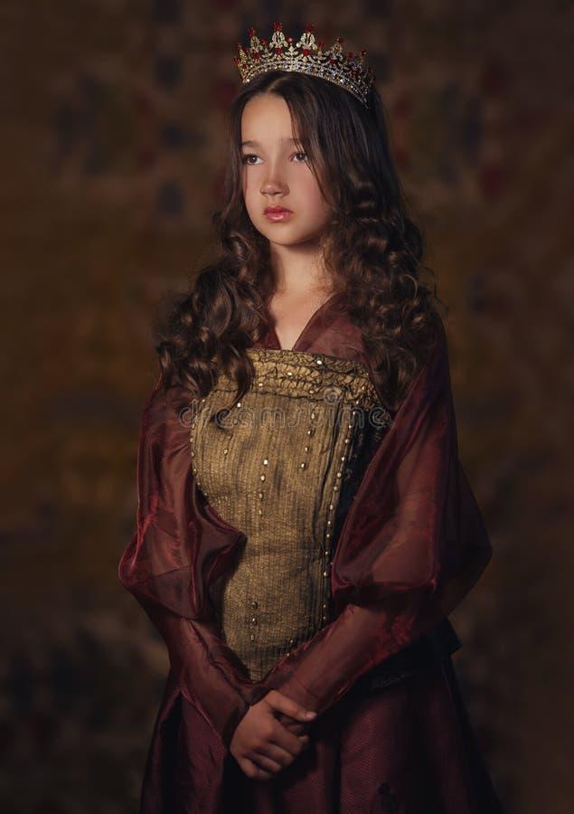 Portret van leuk meisje die een kroon dragen Jonge koningin of prinses stock foto's