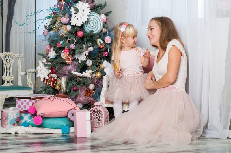 Portret van leuk meisje en zijn morther in dezelfde feestelijke kleding in de atmosfeer van een feestelijk Nieuwjaar royalty-vrije stock foto's