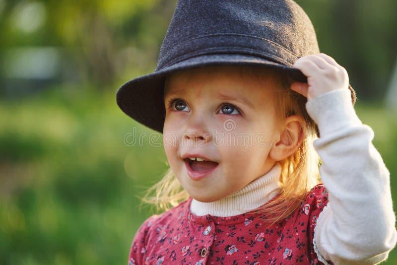 Portret van leuk meisje in hoed De lente royalty-vrije stock afbeeldingen