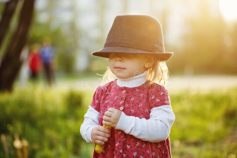 Portret van leuk meisje in hoed De lente stock afbeeldingen