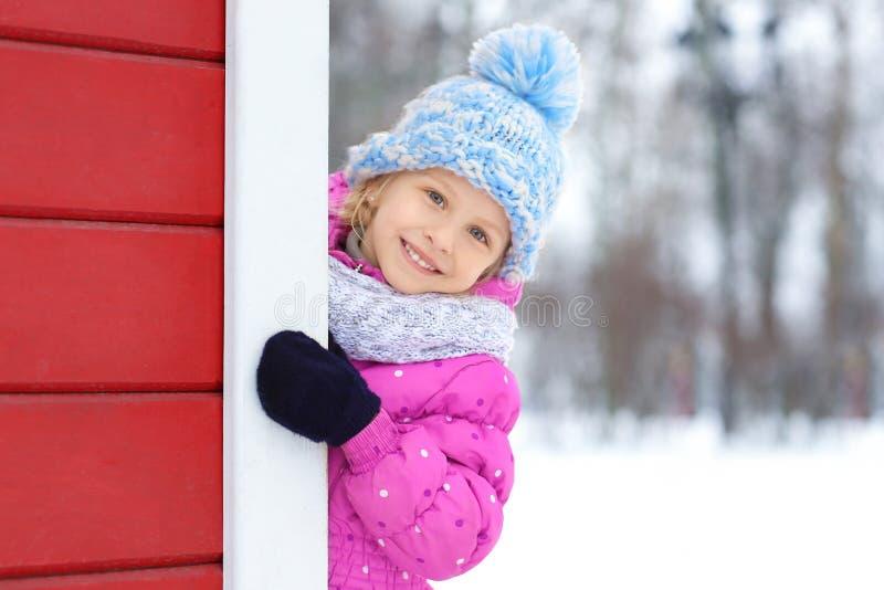 Portret van leuk meisje in openlucht stock foto
