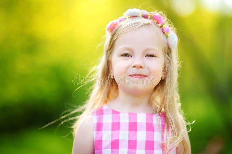 Portret van leuk meisje in openlucht op warme en zonnige de zomerdag stock fotografie