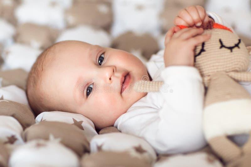 Portret van leuk vrolijk babymeisje in haar ruimte stock foto