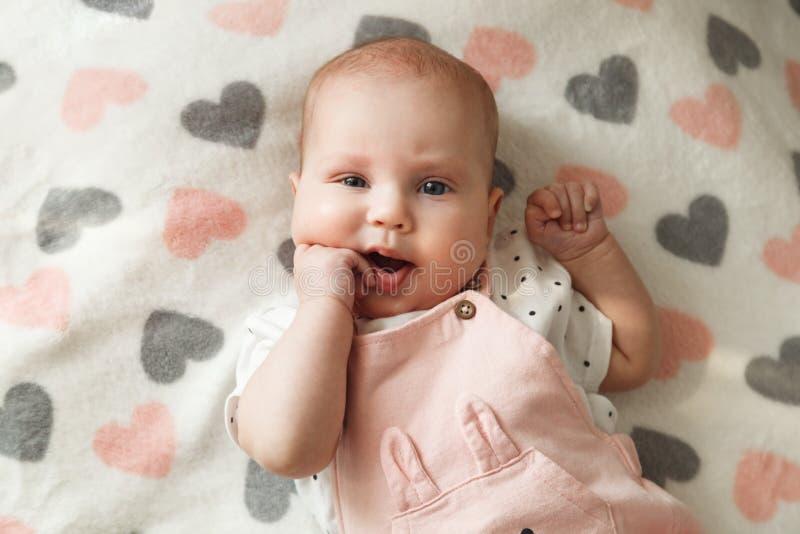 Portret van leuk vrolijk babymeisje in haar ruimte royalty-vrije stock fotografie