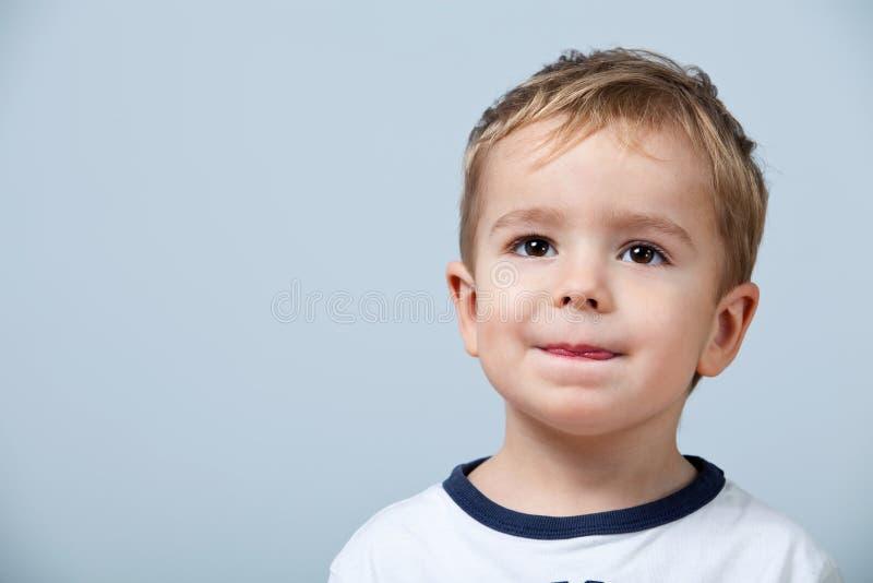 Portret van leuk weinig jongen stock foto's