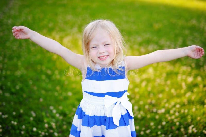 Portret van leuk weinig vrolijk meisje in openlucht royalty-vrije stock afbeelding