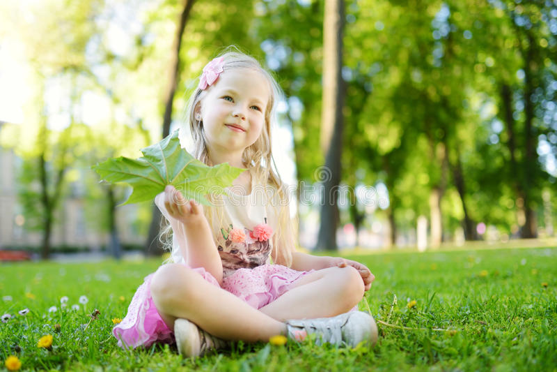 Portret van leuk weinig vrolijk meisje in openlucht op de zomerdag royalty-vrije stock foto's