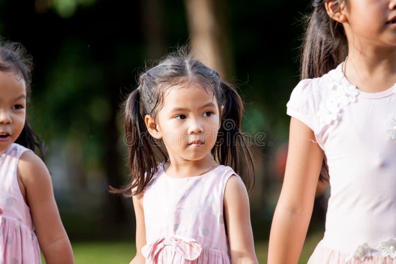 Portret van leuke Aziatische kindmeisje status en het spelen stock fotografie