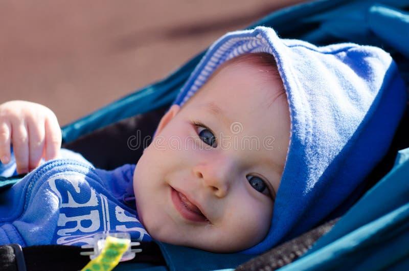 Portret van leuke blauw-eyed baby openlucht royalty-vrije stock afbeeldingen