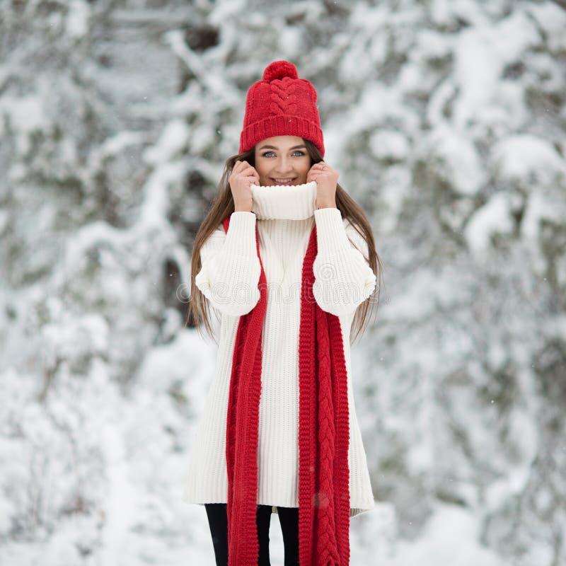 Portret van leuke gelukkige vrouw openlucht royalty-vrije stock foto's