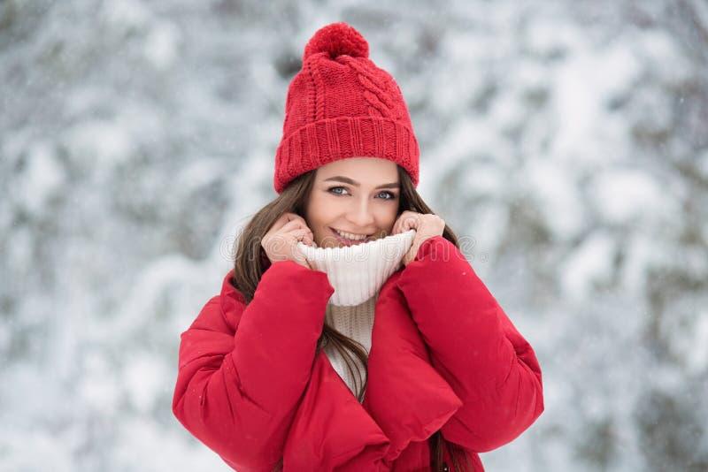 Portret van leuke gelukkige vrouw openlucht stock afbeeldingen