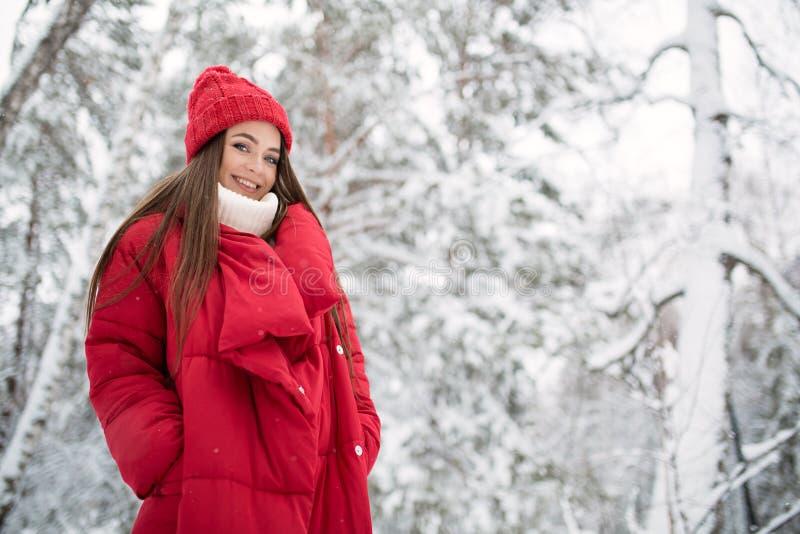 Portret van leuke gelukkige vrouw openlucht royalty-vrije stock afbeeldingen