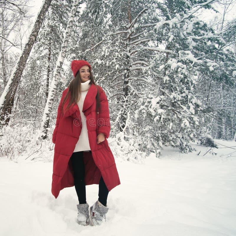 Portret van leuke gelukkige vrouw openlucht royalty-vrije stock afbeelding