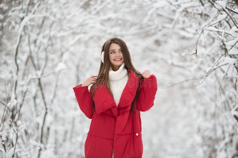 Portret van leuke gelukkige vrouw openlucht stock fotografie