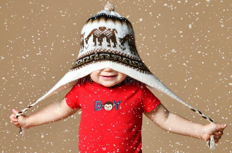 Portret van Leuke glimlachende babyjongen in gebreide hoed stock foto's