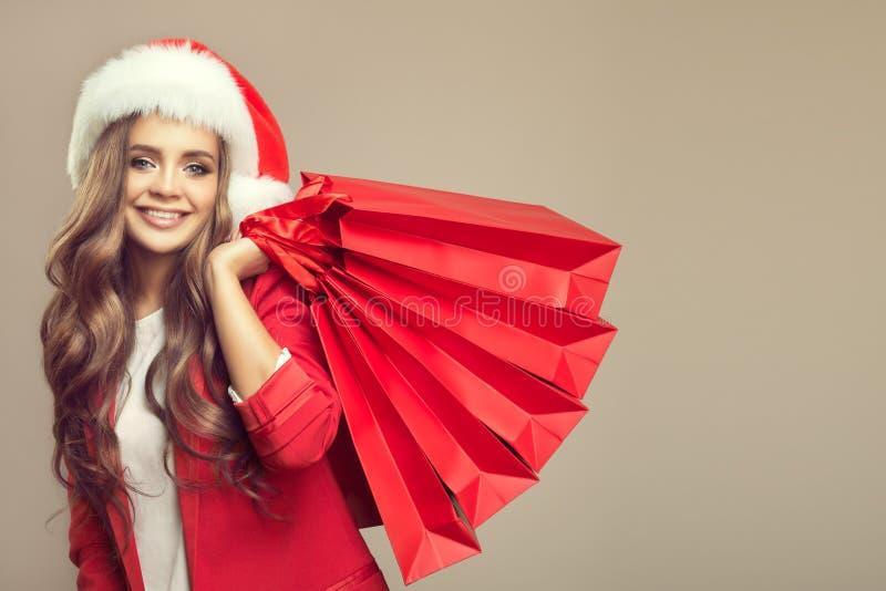 Portret van leuke glimlachende vrouw in santahoed royalty-vrije stock afbeelding