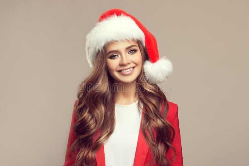 Portret van leuke glimlachende vrouw in santahoed stock fotografie