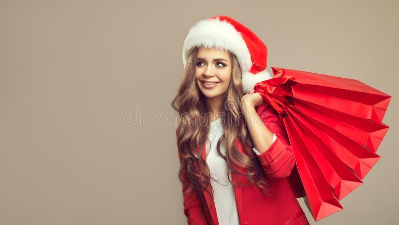 Portret van leuke glimlachende vrouw in santahoed stock foto's