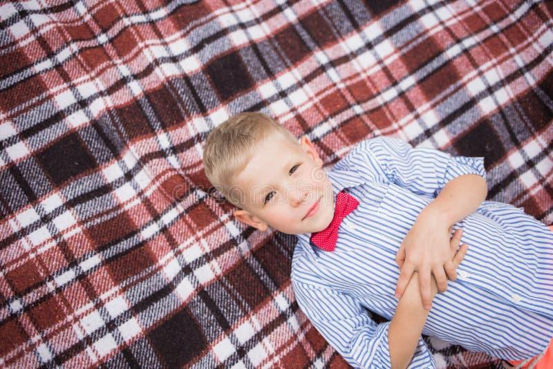 Portret van leuke grappig weinig Kaukasische jongen stock afbeeldingen