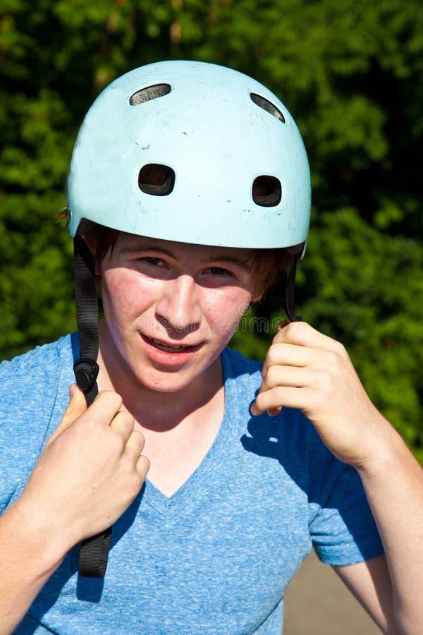 Portret van leuke jongen met helm stock foto