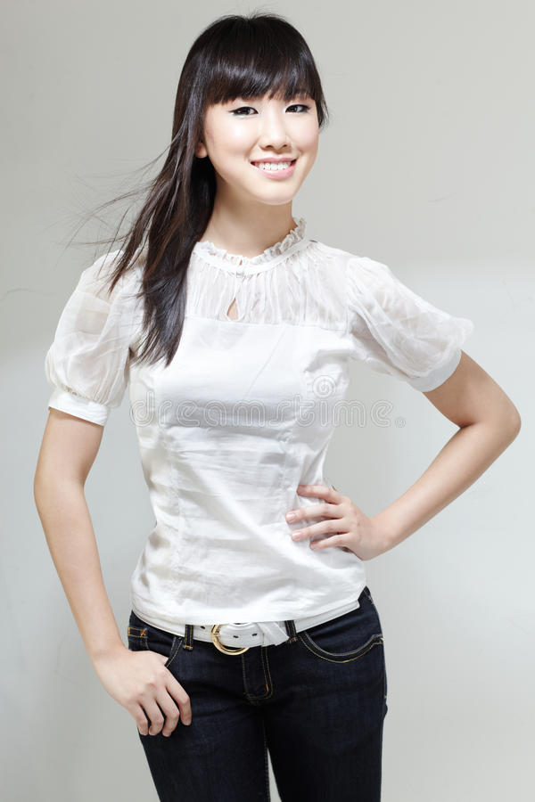 Portret van Leuke, Mooie Chinese gal volgende deur stock foto