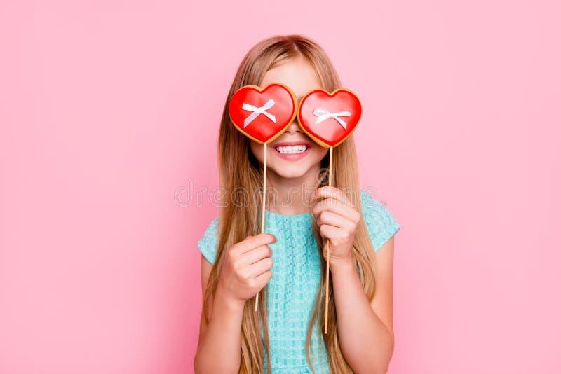 Portret van leuke speelse dromerig met toothy glimlach mooi meisje stock afbeeldingen