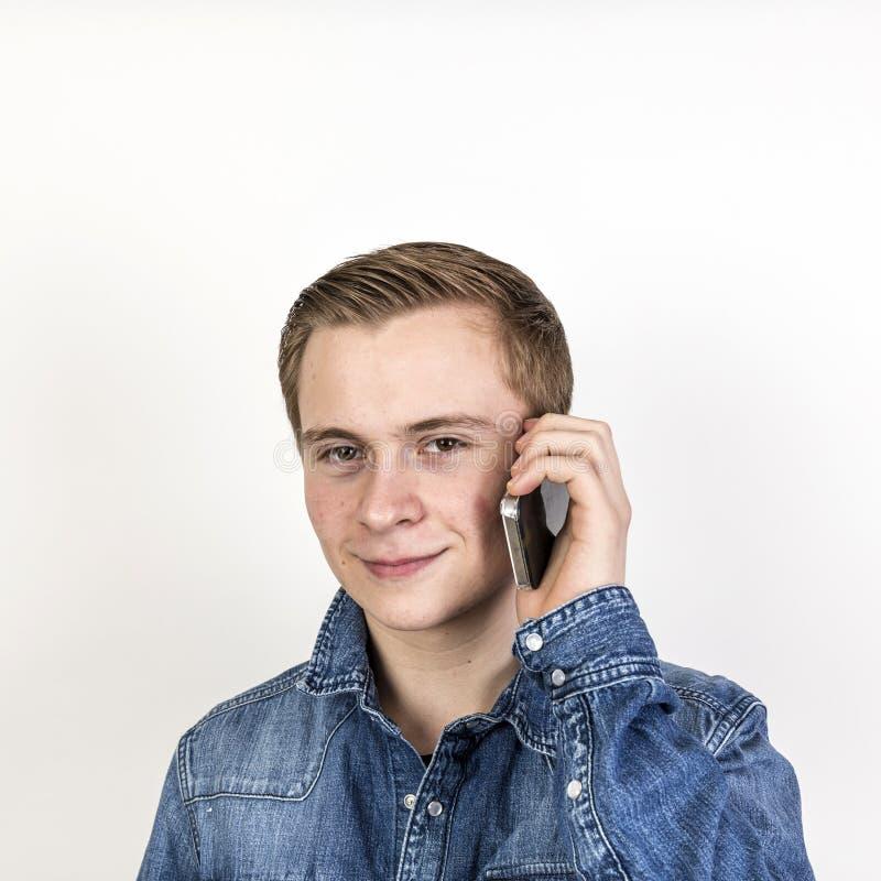 Portret van leuke tiener op mobiel royalty-vrije stock foto