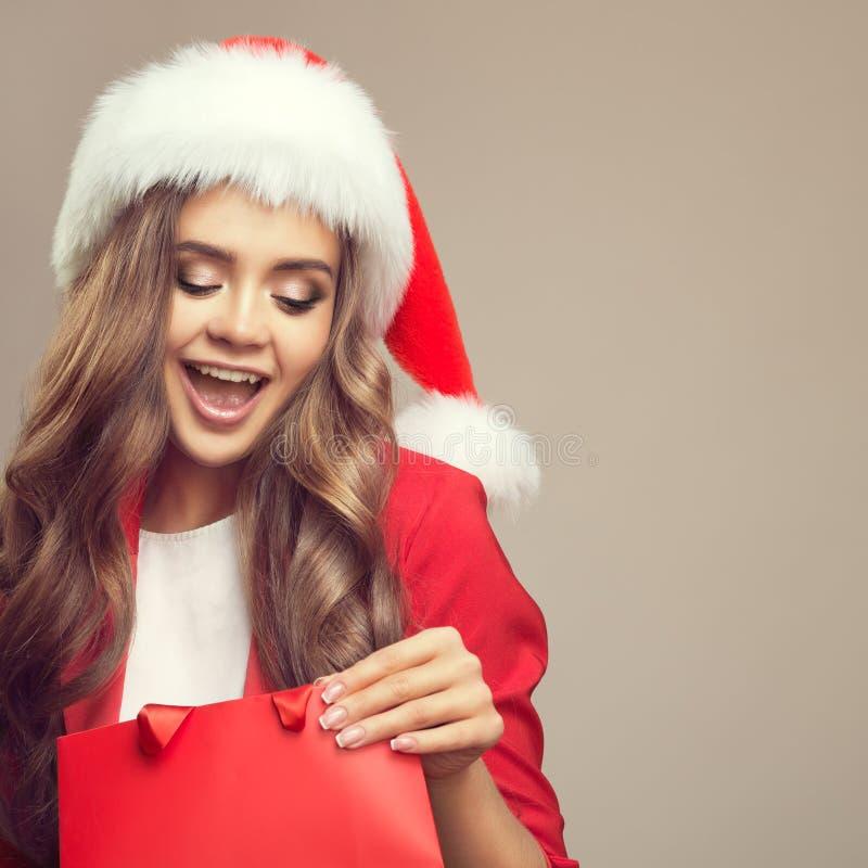 Portret van leuke verraste vrouw in santahoed stock foto's
