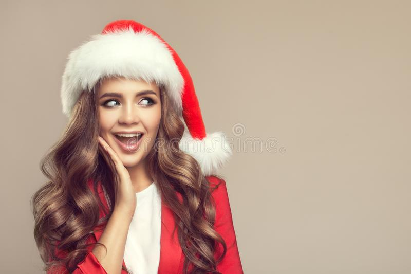 Portret van leuke verraste vrouw in santahoed stock fotografie
