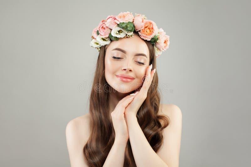 Portret van leuke vrouw Mooi model met duidelijke huid, lange haar en bloemen Aromatherapy ontspanning, royalty-vrije stock foto
