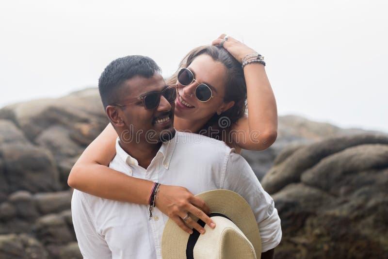 Portret van levend jong paar bij het strand Zij zijn gelukkig en glimlach Concept enkel gehuwde familie stock afbeelding