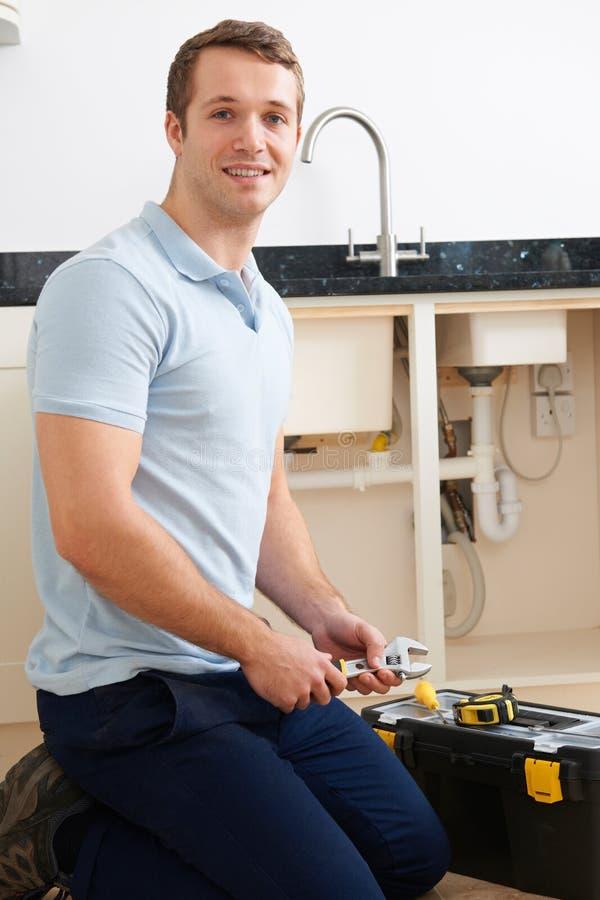 Portret van Loodgieter Fixing Sink stock afbeeldingen
