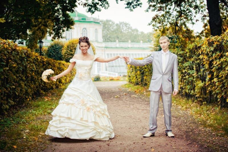 Portret van lopende jonggehuwden stock fotografie