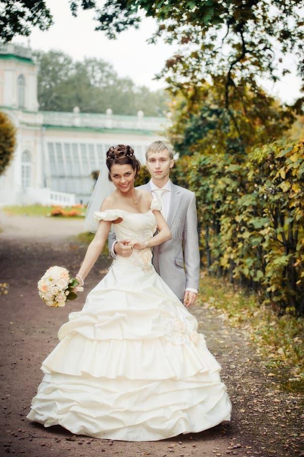 Portret van lopende jonggehuwden stock foto