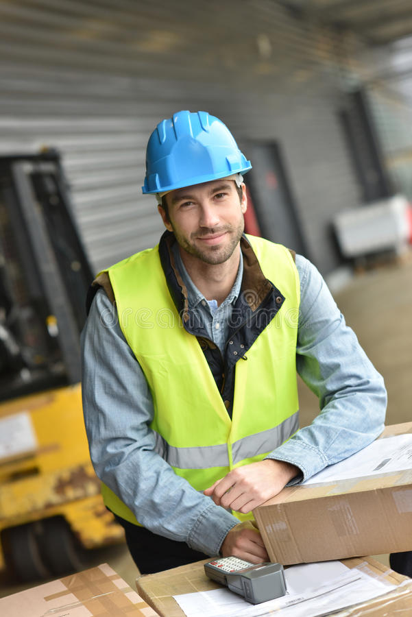 Portret van magazijnmeester op het werk stock foto