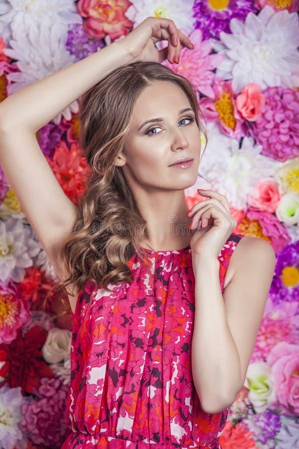 Portret van manier mooie vrouw, zoet en sensueel op de bedelaars royalty-vrije stock foto