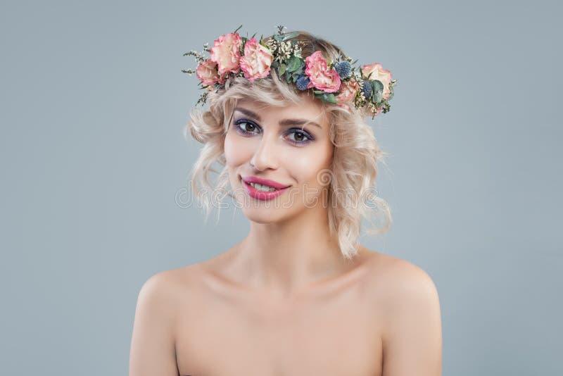 Portret van maniervrouw met bloemen Vrolijk model met het korte haar en make-up glimlachen royalty-vrije stock afbeelding