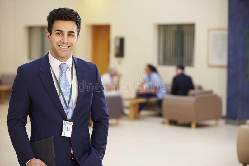 Portret van Mannelijke Adviseur In Hospital Reception royalty-vrije stock fotografie