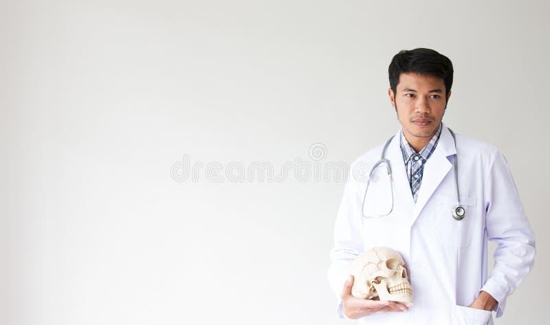 Portret van mannelijke arts Vriendschappelijke jonge mens arts met een stetho stock fotografie