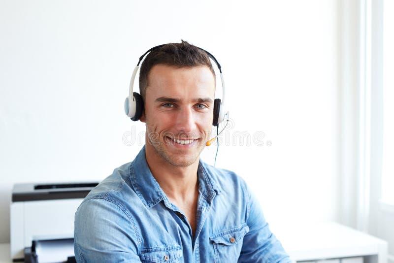 Portret van mannelijke exploitant met hoofdtelefoon stock afbeelding