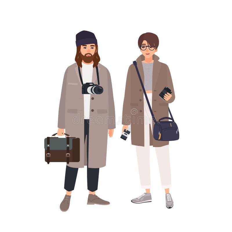 Portret van mannelijke fotograaf en zijn vrouwelijke die medewerker in lagen op witte achtergrond wordt geïsoleerd Paar van profe royalty-vrije illustratie