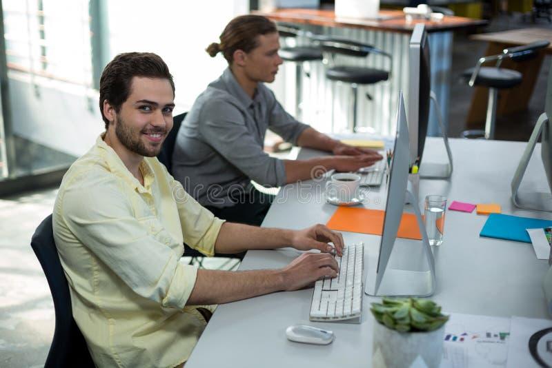 Portret van mannelijke grafische ontwerper die aan personal computer werken royalty-vrije stock afbeeldingen