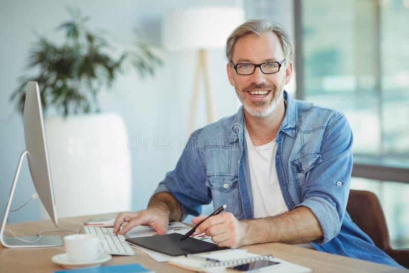 Portret van mannelijke grafische ontwerper die grafiektablet gebruiken stock foto's