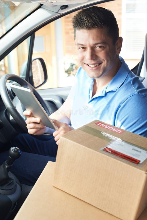 Portret van Mannelijke Koerier In Van With Digital Tablet Delivering Packag stock foto's