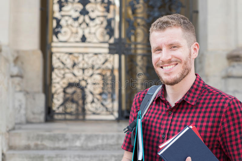 Portret van Mannelijke Universitaire Student Standing Outside Building stock foto