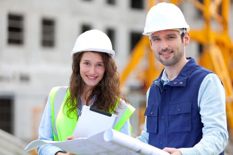 Portret van medewerkers op een bouwwerf royalty-vrije stock foto's