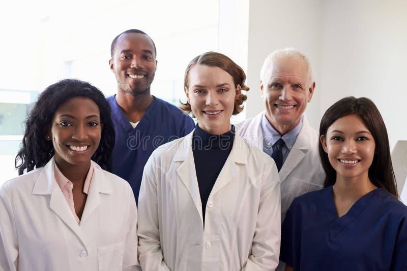 Portret van Medisch Personeel in de Zaal van het het Ziekenhuisexamen stock afbeelding