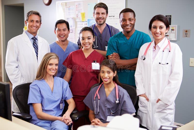 Portret van Medisch Team At Nurses Station stock afbeeldingen