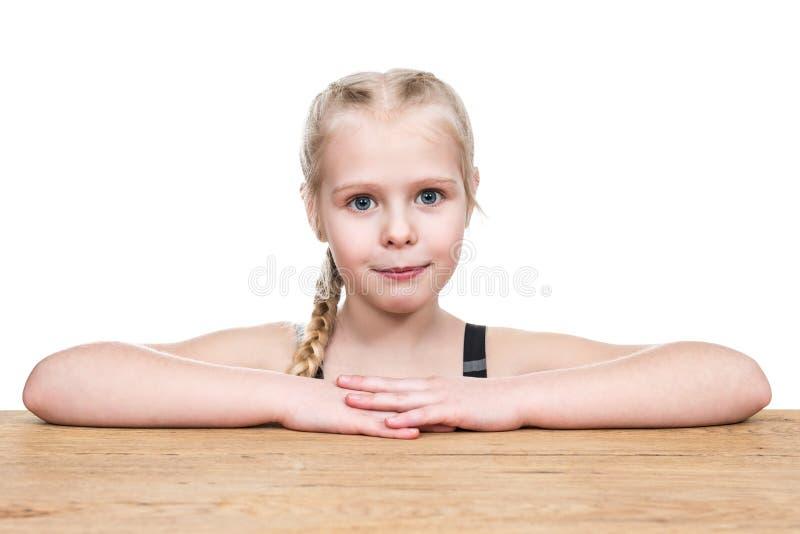 Portret van meisje bij een bureau stock afbeelding
